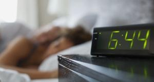 despertador perto da cama